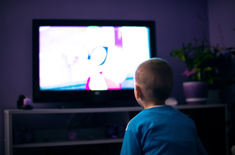 Watching TV/ Illustration Shutterstock