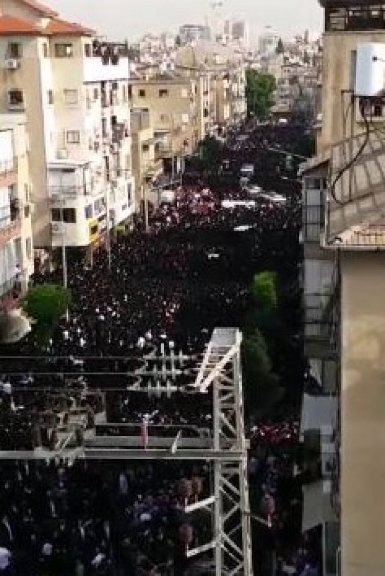 See Many Thousands of Participants at Rabbi Shteinman's Funeral