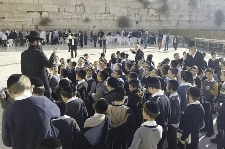 Watch School Children Singing at Kotel