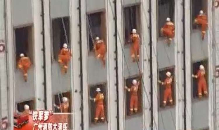 Amazing: Acrobatic Stunts on the Wall of a Building – Watch