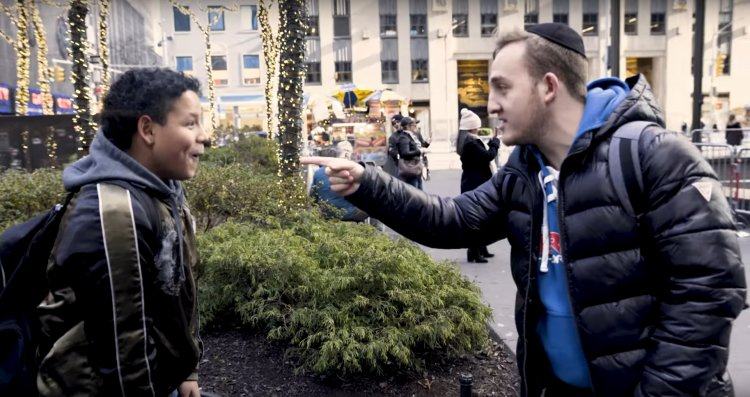 Walking the Streets of NY City with Magician Shlomo Levinger - Watch