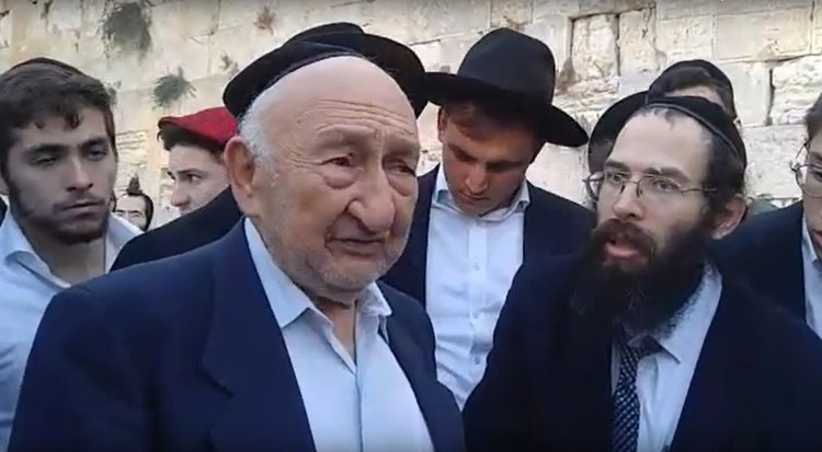 Holocaust Survivor Shmuel Beller Tells his Life Story at the Western Wall - Must See
